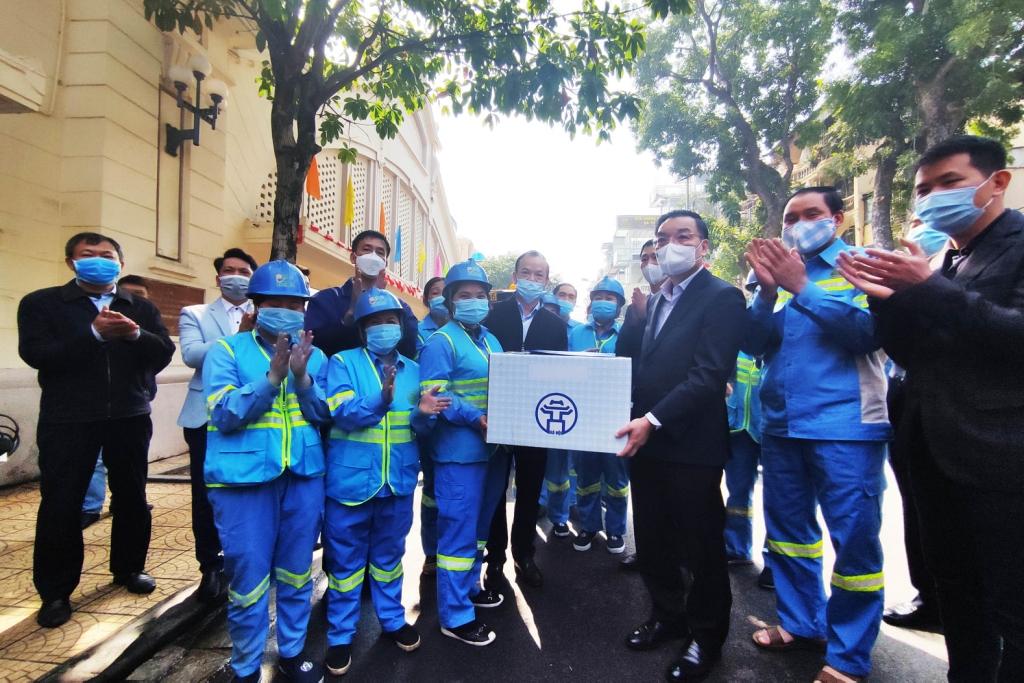 Chủ tịch UBND TP Hà Nội Chu Ngọc Anh tặng quà, động viên công nhân vệ sinh môi trường XN Urenco Hoàn Kiếm