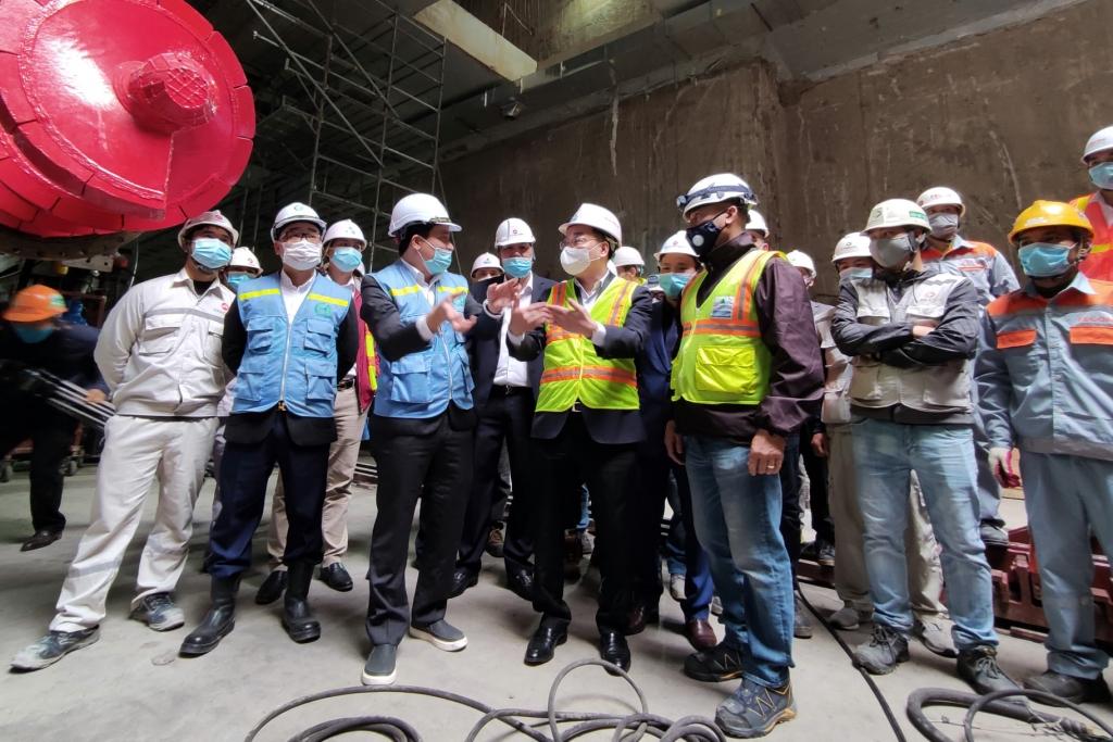 Chủ tịch UBND TP Chu Ngọc Anh nghe báo cáo về công tác thi công đào ngầm tại ga S9