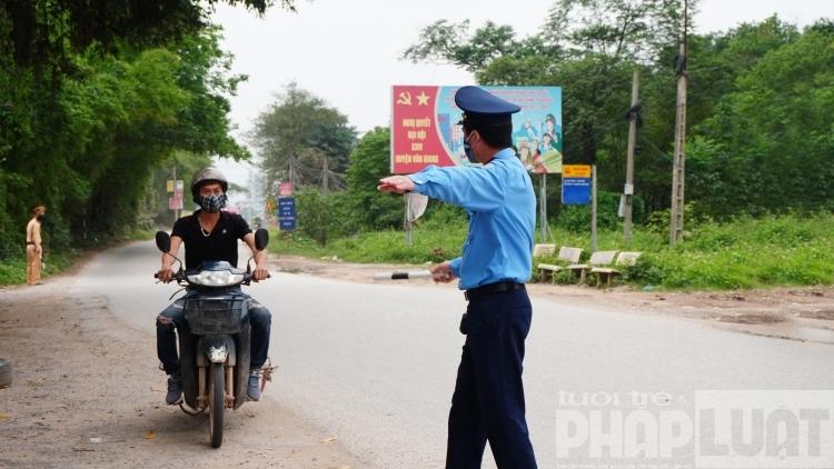 Mọi phương tiện ra vào thành phố đều phải dừng lại để đo thân nhiệt và khai báo y tế