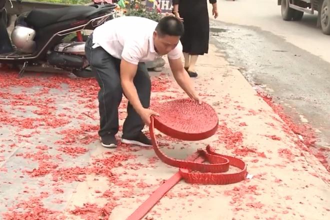 Đám cưới tại Hà Nội đốt pháo đỏ đường