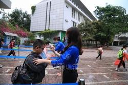 Hà Nội: Phụ huynh tất bật đưa con đến trường sau thời gian dài nghỉ phòng dịch