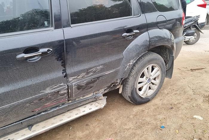 Chiếc Ford Escape bị hư hỏng phần hông xe bên lái. (Ảnh: Ngô Quang Minh)