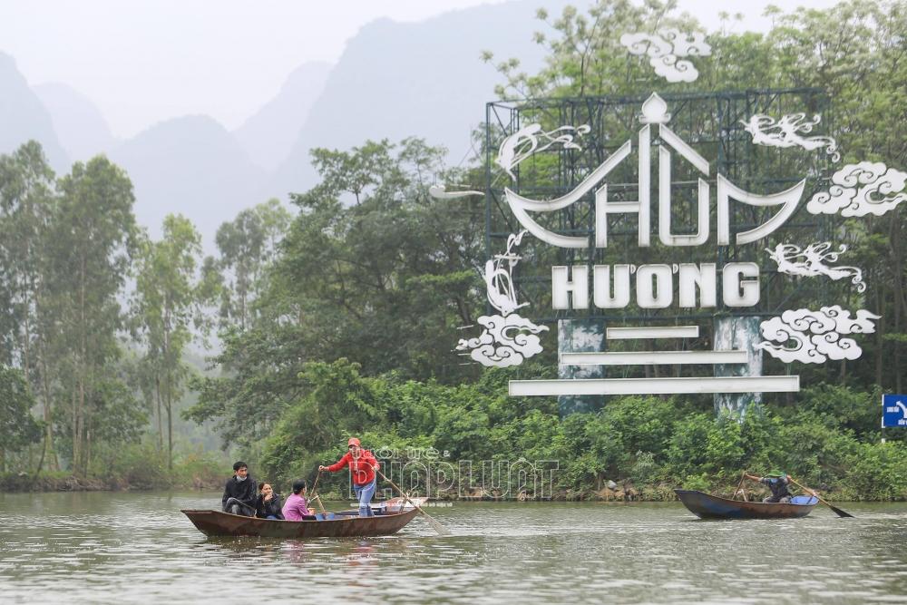 Du khách nườm nượp đổ về chùa Hương ngày đầu mở cửa trở lại