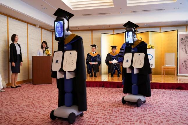 giang vien trao bang cho robot sinh vien nhan bang online