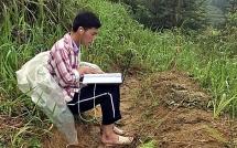 9X đi bộ 10 km mỗi ngày, trùm áo mưa học online trên núi Tây Côn Lĩnh