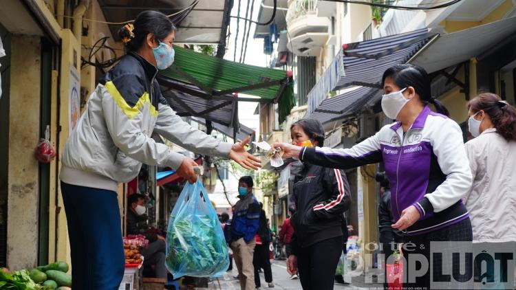 Chợ phố cổ Hà Nội kẻ vạch cách 2m, không bán cho người vượt rào
