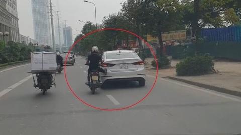 """Tài xế xe máy dùng chân """"cứu hộ"""" ô tô"""