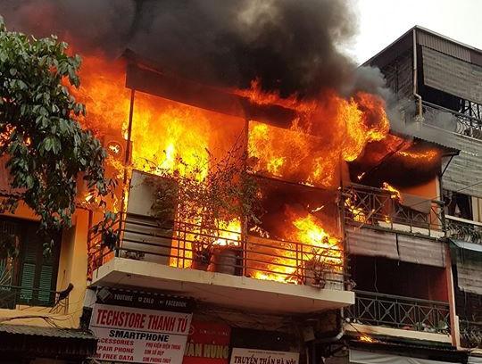 Cháy cửa hàng kinh doanh quần áo trên phố Hàng Ngang, Hà Nội
