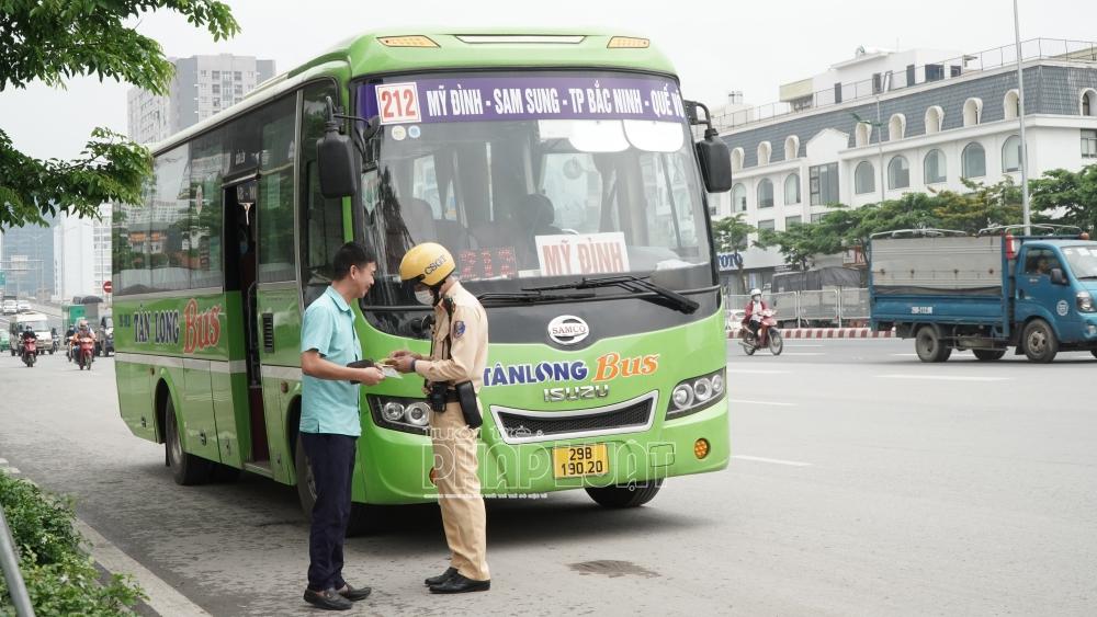Lực lượng chức năng sẽ thường xuyên tuần tra, kiểm soát để xử lý các vi phạm không chỉ xe cá nhân, xe tư nhân mà cả xe công cộng
