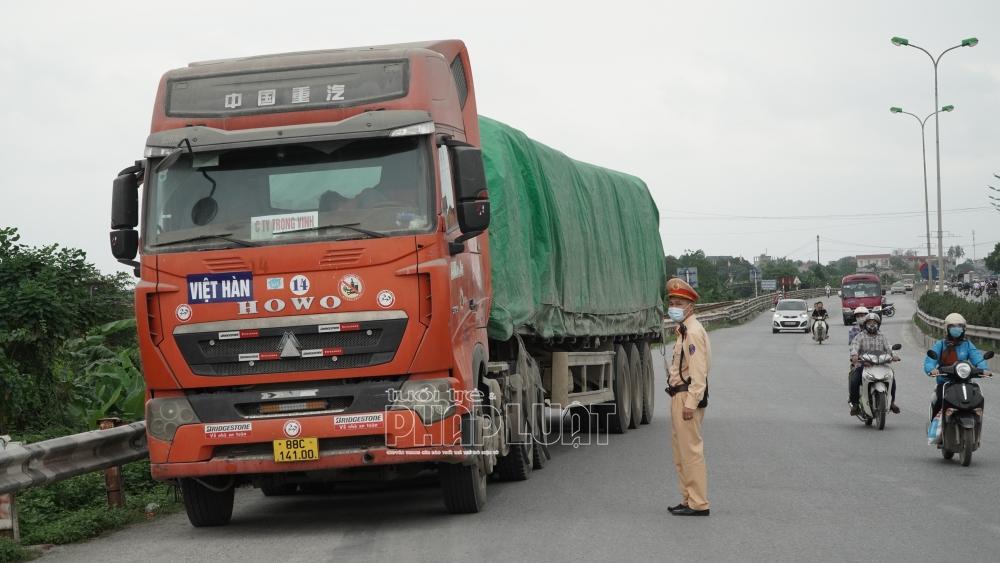 Cần nâng mức xử phạt đối với xe làm rơi vãi vật liệu xây dựng trên đường