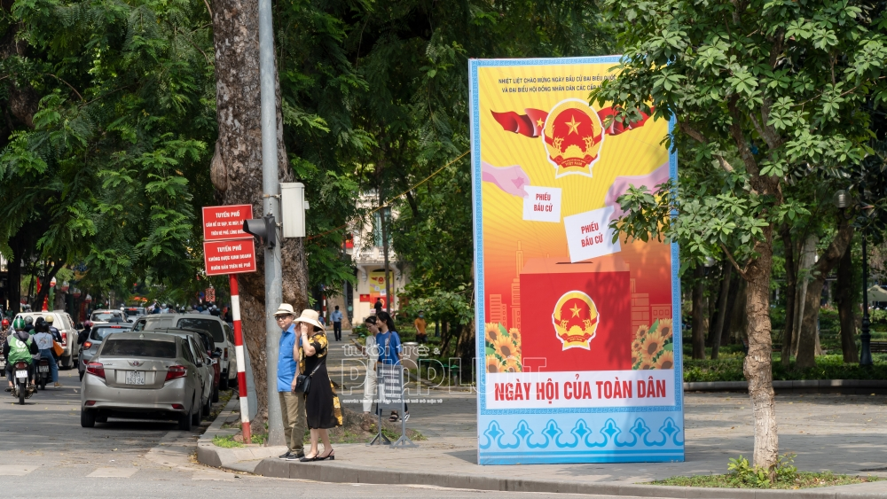 Đường Hà Nội rực đỏ áp phích cổ động trước ngày bầu cử