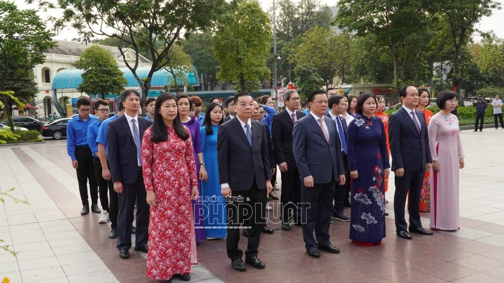 Đồng chí Đinh Tiến Dũng, Uỷ viên Bộ Chính trị, Bí thư Thành ủy Hà Nội dẫn đầu, đặt hoa tưởng nhớ lãnh tụ cộng sản V.I.Lênin