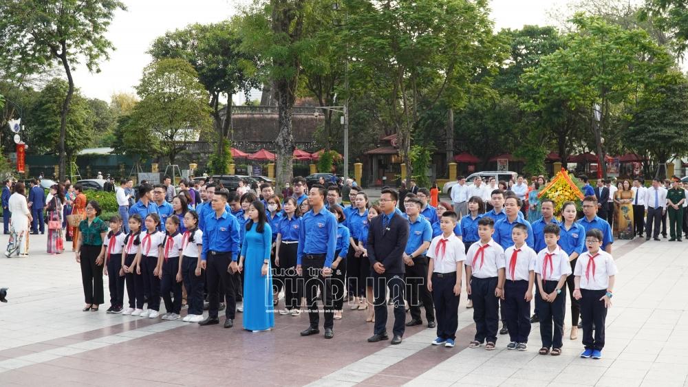 Đoàn đại biểu Tuổi trẻ Thủ đô do đồng chí Chu Hồng Minh, Thành ủy viên, Bí thư Thành đoàn Hà Nội dẫn đầu đặt hoa tưởng nhớ tại Vườn hoa Chi Lăng
