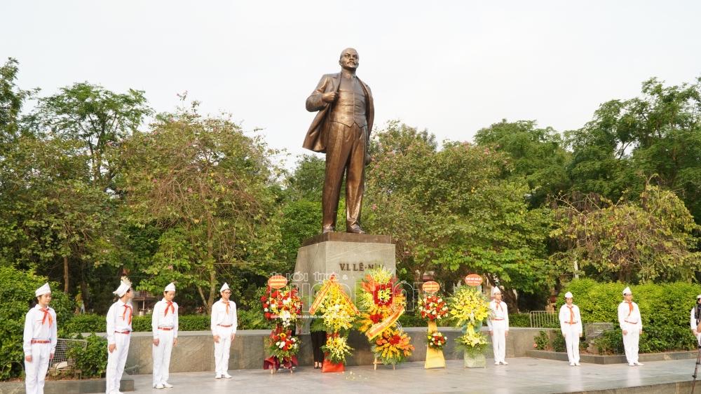 Vladimir Ilyich Lenin là một nhà cách mạng, chính khách, nhà lý luận chính trị người Nga