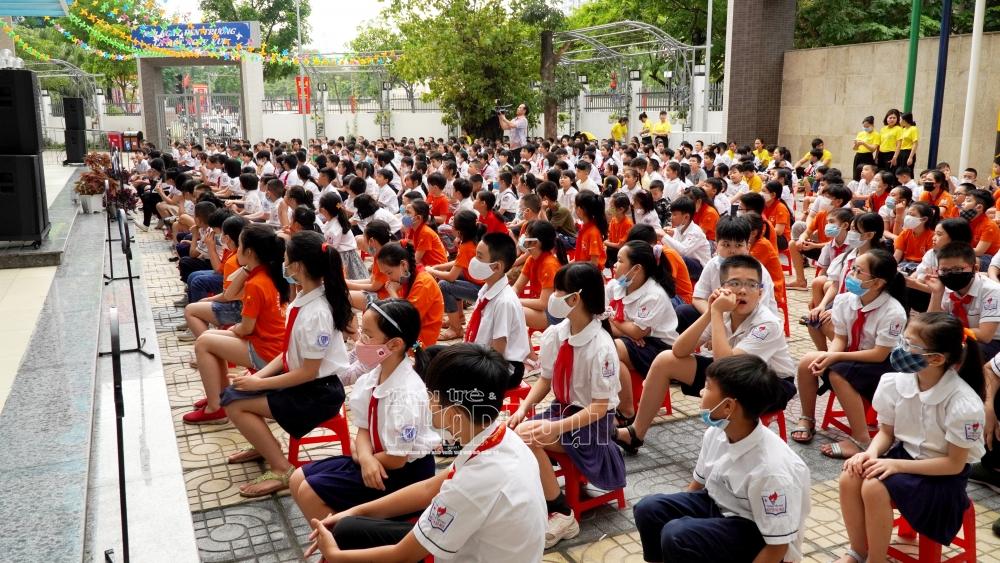 Cán bộ, giáo viên, nhân viên và học sinh lắng nghe cán bộ Cảnh sát PCCC tuyên truyền về PCCC & cứu nạn, cứu hộ