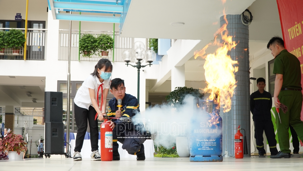 Cháy phòng đa năng tầng 2, giáo viên và học sinh phải làm gì?