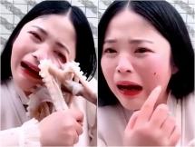 Livestream cảnh ăn bạch tuộc sống, gái xinh khóc thét vì bị cào rách mặt