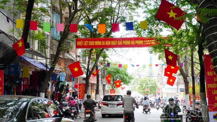 Phố phường rực đỏ mừng 65 năm ngày giải phóng Hải Phòng