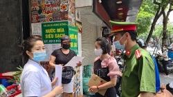 """""""Chỉ bán mang về"""" – khẩu hiệu đồng loạt treo cửa quán phố cổ Hà Nội"""