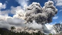 nui lua phun cot tro khong lo cao 7 km o indonesia
