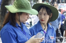 """Những nữ tình nguyện viên """"tiếp lửa"""" sĩ tử Hà Nội"""