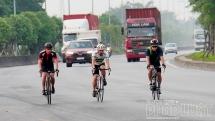 """Xe đạp thể thao đua tốc độ cùng """"hung thần xa lộ"""""""