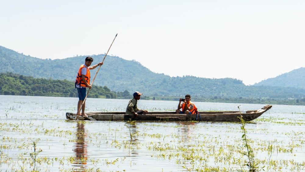 Đến hồ Lắk cưỡi voi, chèo thuyền độc mộc ngắm núi rừng Tây Nguyên bạt ngàn