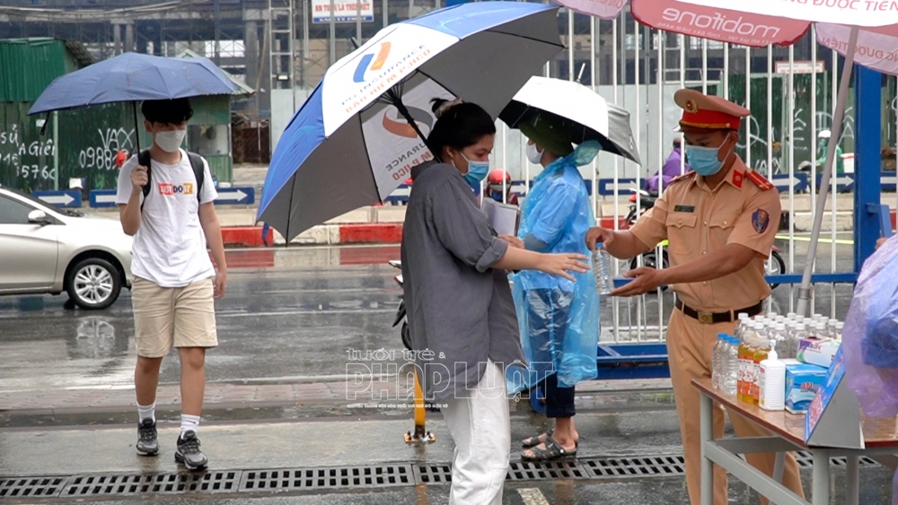 Sĩ tử Hà Nội ngày thứ 2 vượt vũ môn trong mưa bão