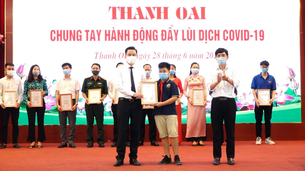 Chủ tịch UBND huyện Thanh Oai Bùi Văn Sáng trao Giấy chứng nhận chung tay ủng hộ Quỹ vaccine phòng chống dịch Covid-19 cho cá nhân nhỏ tuổi nhất