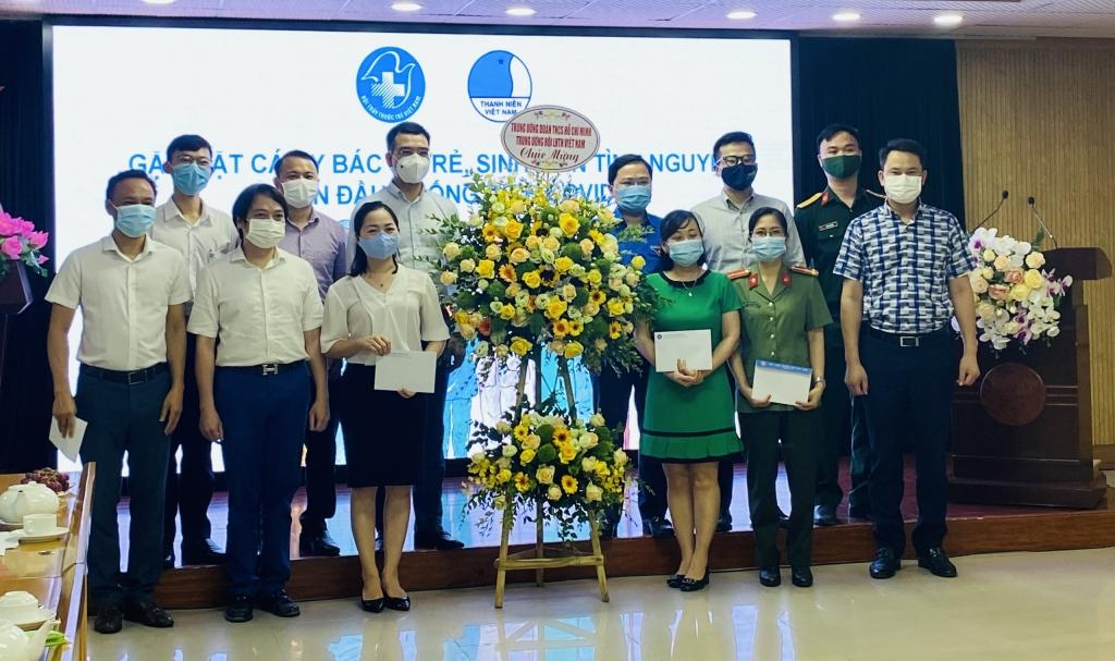 Bí thư Thứ nhất Trung ương Đoàn Nguyễn Anh Tuấn tặng hoa chúc mừng Hội Thầy thuốc trẻ Việt Nam