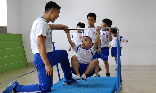 Trẻ mầm non đu xà, nhảy bục rèn luyện sức khỏe ở Hà Nội