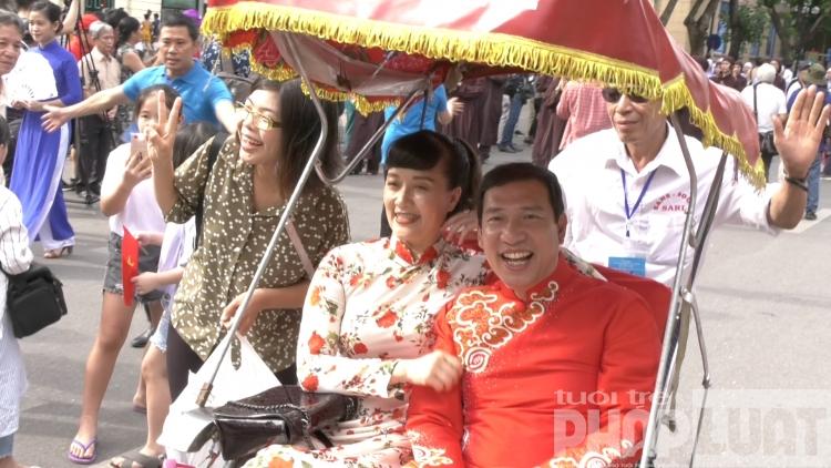 Nhiều nghệ sĩ nổi tiếng tái hiện đám rước dâu xưa ở phố đi bộ Hà Nội