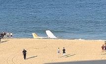 Máy bay hạ cánh khẩn cấp trước mặt du khách đang tắm biển