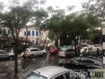 Mưa lớn, đường Hà Nội lại biến thành sông