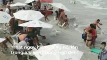 Cơn sóng dữ cuốn nhiều du khách ở bờ biển Brazil