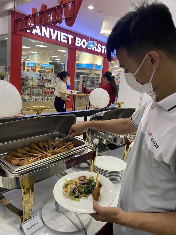 Khách hàng thưởng thức Đại tiệc buffet từ MEATDeli