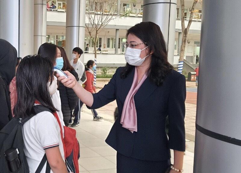 Cô Lê Kim Anh, hiệu trưởng trường THCS Cầu Giấy  đón học sinh trở lại trường sau đợt nghỉ dịch Covid-19n thứ nhất năm 2021