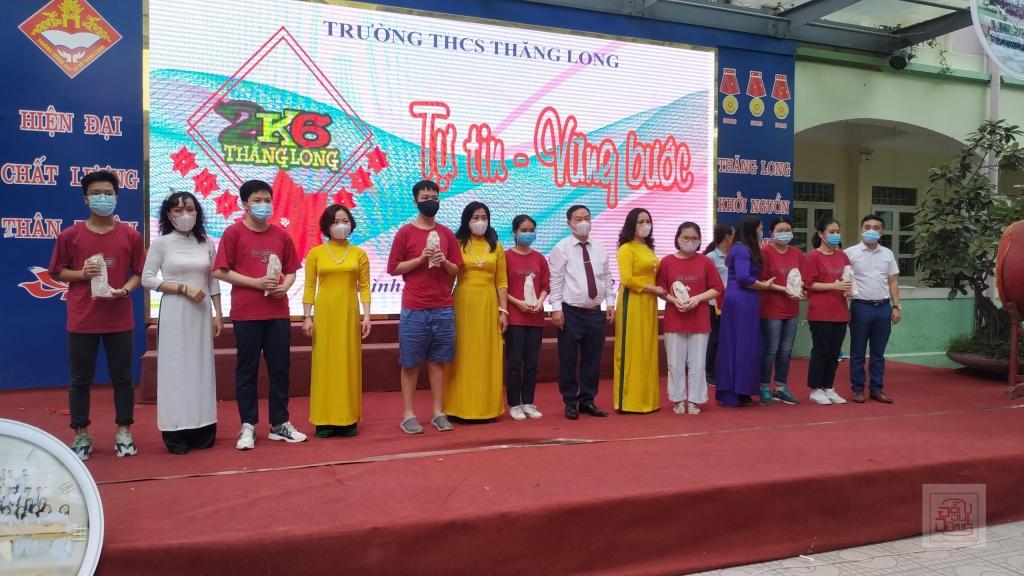 Bna Giám hiệu trường THCS Thăng Long trai trả phiếu báo điểm và trao thưởng cho học sinh lớp 9