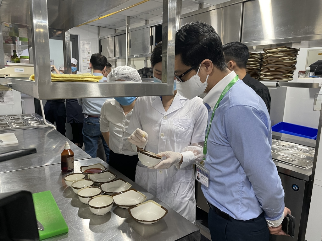 Kiểm tra test nhanh bát đĩa tại nhà hàng