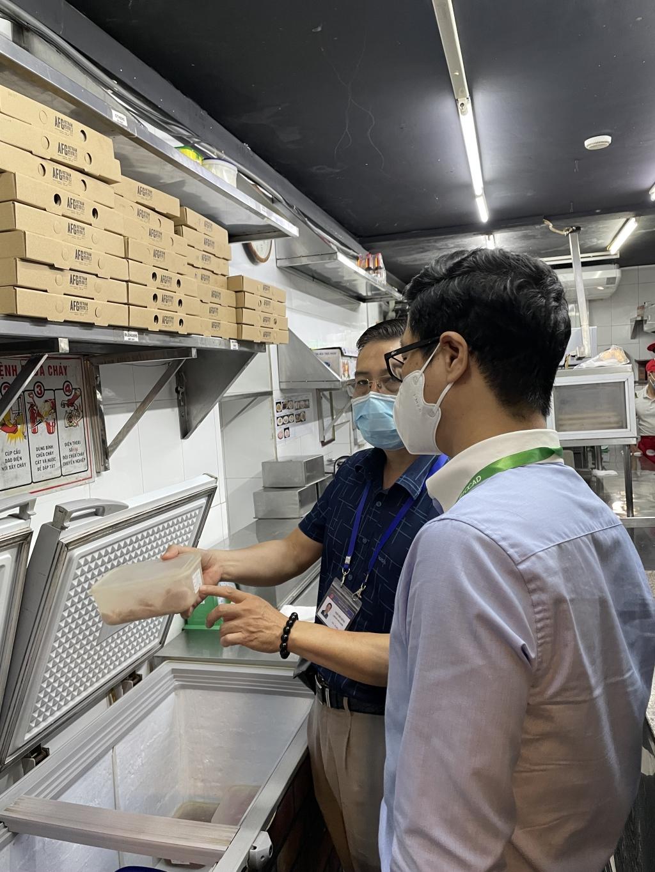 Kiểm tra an toàn thực phẩm và phòng chống dịch Covid-19 tại 2 nhà hàng trên địa bàn quận Đống Đa