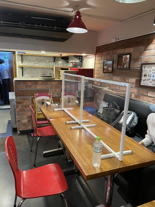 Nhà hàng có tấm chắn giọt bắn tại các dãy bàn