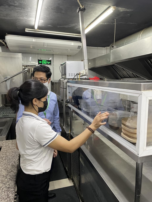 Phó Chi cục trưởng Chi cục An toàn vệ sinh thực phẩm TP Hà Nội Nguyễn Quốc Tuấn kiểm tra nhãn mác nguyên liệu thực phẩm tại nhà hàng K1 Hào Nam