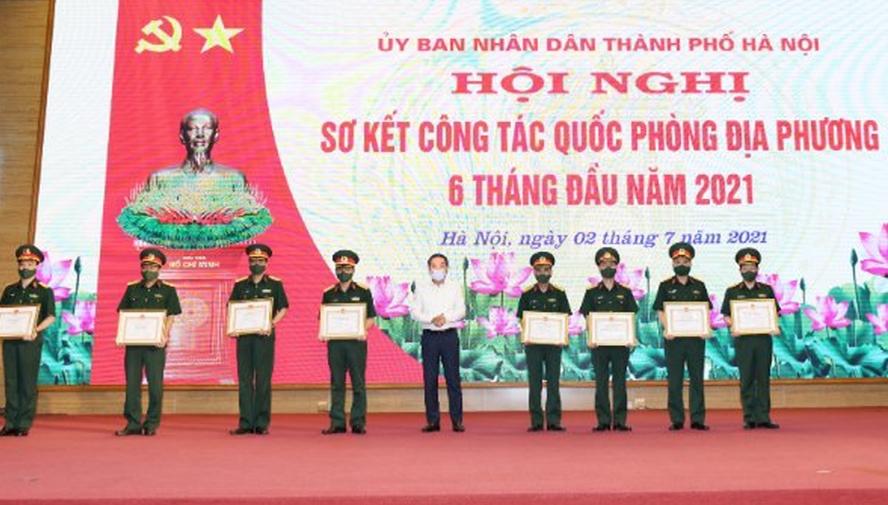 Phó Chủ tịch UBND thành phố Lê Hồng Sơn trao thưởng cho các tập thể.