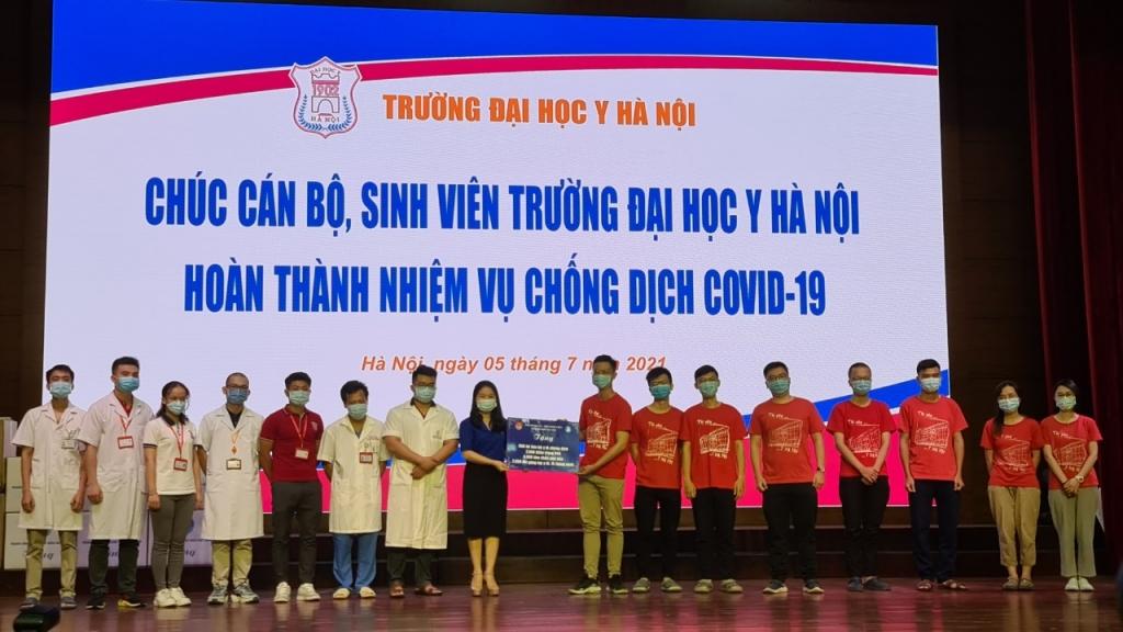 Đồng chí Chu Hồng Minh trao tặng quà cho đoàn công tác