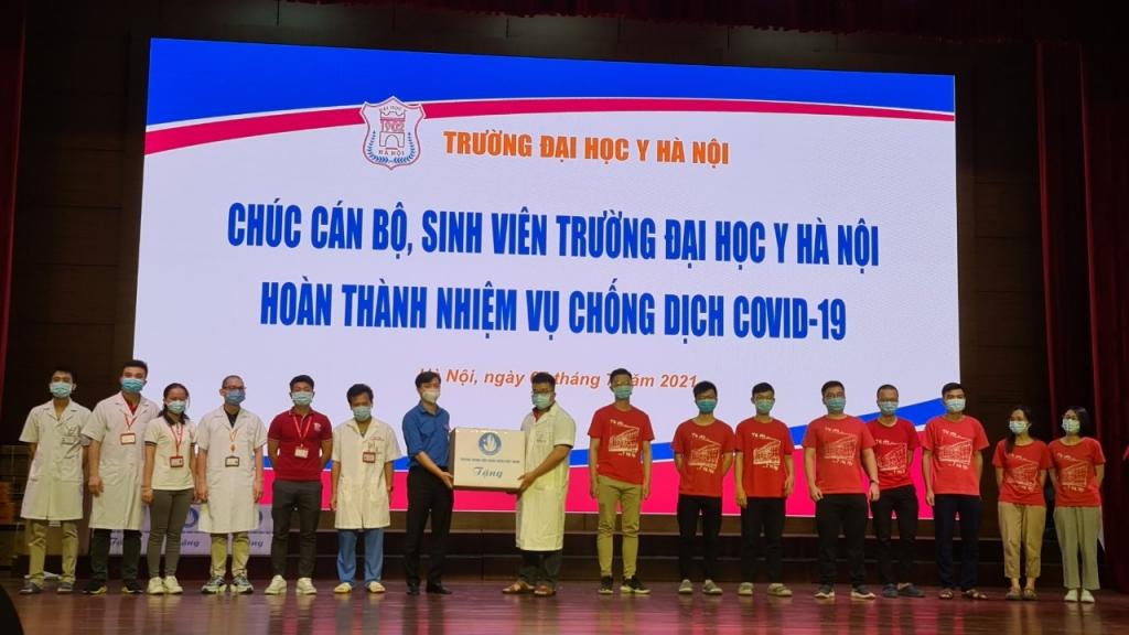 Đồng chí Nguyễn Minh Triết trao tặng quà cho đoàn công tác