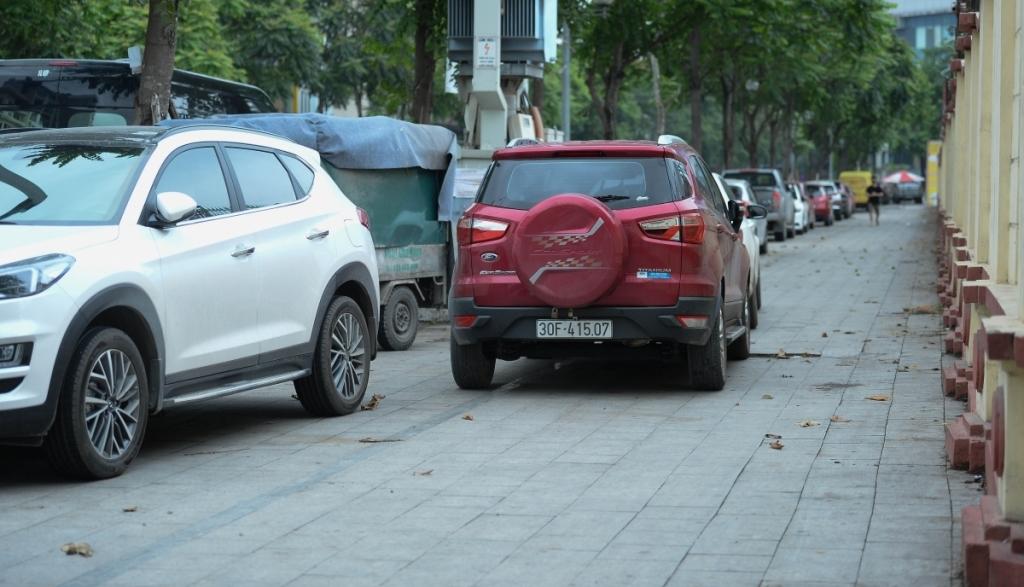 Xử lý nghiêm hành vi lấn chiếm lòng đường, hè phố để trông giữ phương tiện