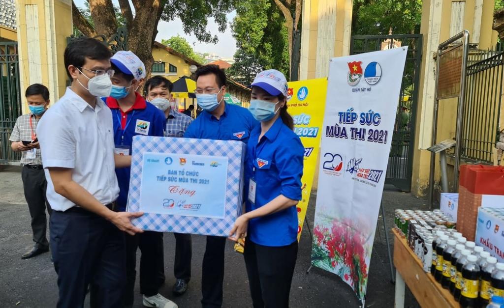 Các đồng chí: Bùi Quang Huy, Trần Quang Hưng tặng quà đội hình Tiếp sức mùa thi