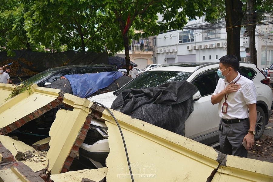 Ông Phạm Văn Lợi - Chủ tịch UBND phường Mai Dịch có mặt tại hiện trường, tuy nhiên chưa cung cấp thông tin cho báo chí