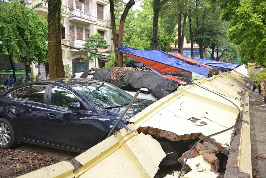 Chùm ảnh: Cận cảnh bức tường khoảng 50m đổ đè lên hàng chục xế hộp ở Cầu Giấy
