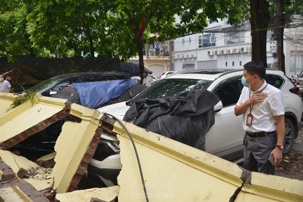 Vụ tường đổ đè hơn 10 xe ô tô, quận Cầu Giấy yêu cầu phường Mai Dịch báo cáo